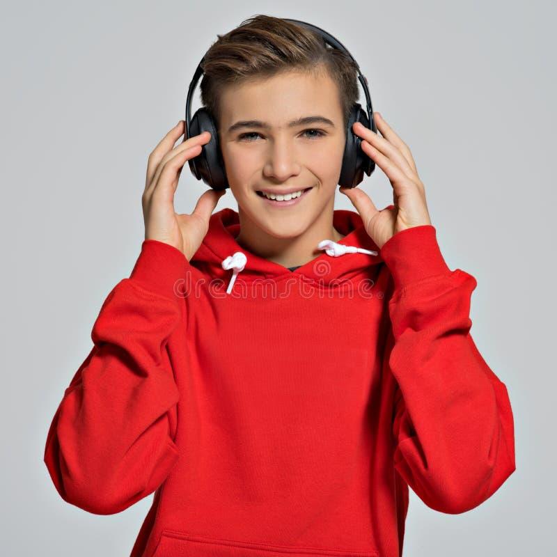 Stilig tonårs- pojke med över huvudet hörlurar royaltyfri fotografi
