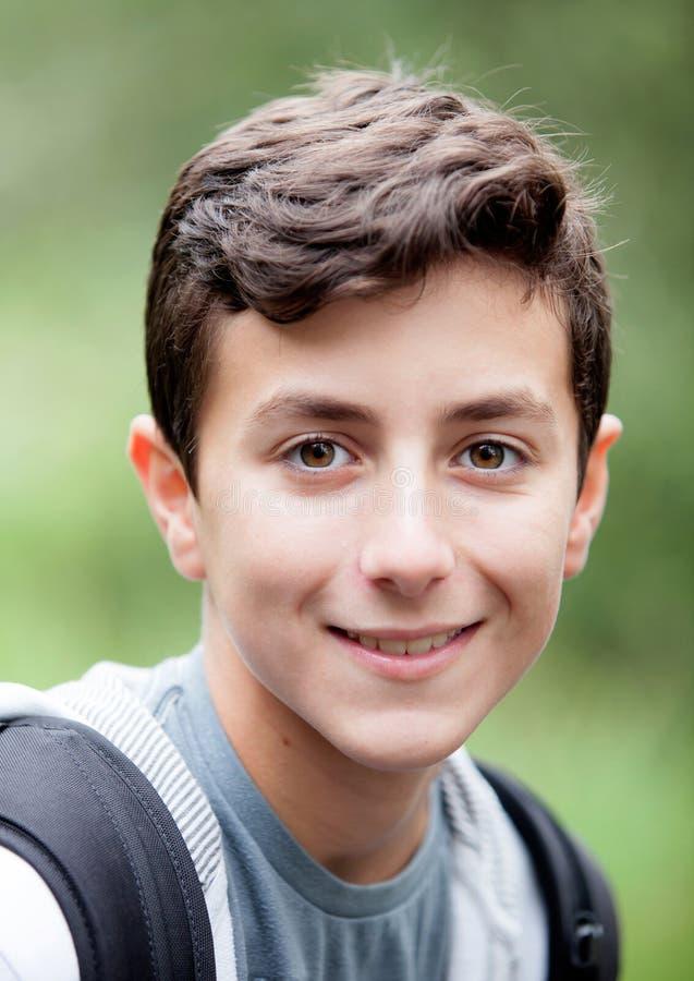 Stilig tonårs- pojke som ser kameran royaltyfri bild