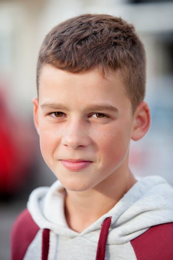 Stilig tonårs- pojke som ser kameran royaltyfria foton