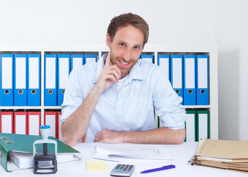 Stilig tysk affärsman på kontoret royaltyfri fotografi