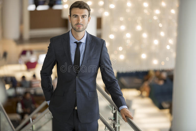 Stilig ung affärsman på det utsmyckade hotellet royaltyfri foto