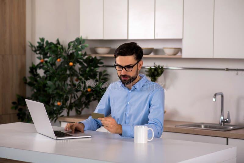 Stilig ung affärsman som använder hans kreditkort arkivbild