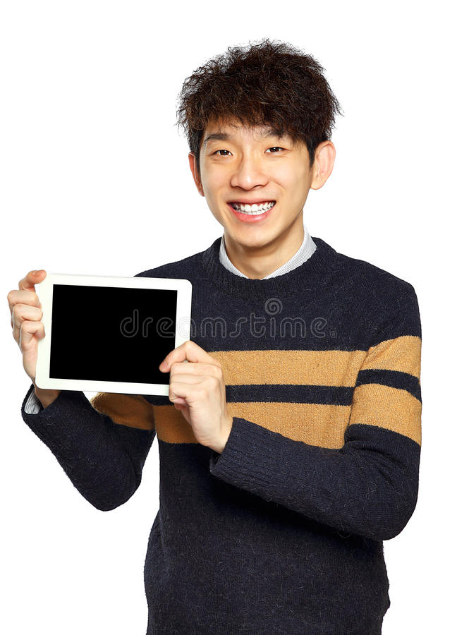 Stilig ung asiatisk man som använder minnestavlan/blocket arkivbilder