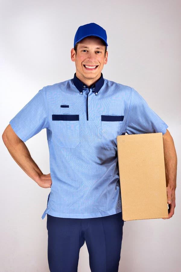 Stilig ung ask för låda för leveransman bärande royaltyfri bild