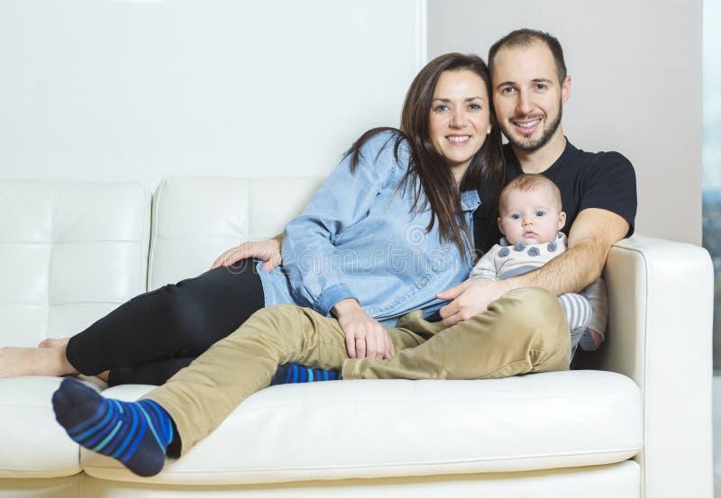 Stilig ung fader och moder med gulligt nyfött arkivbilder