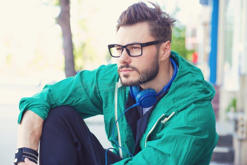 Stilig ung hipsterman utanför royaltyfria bilder