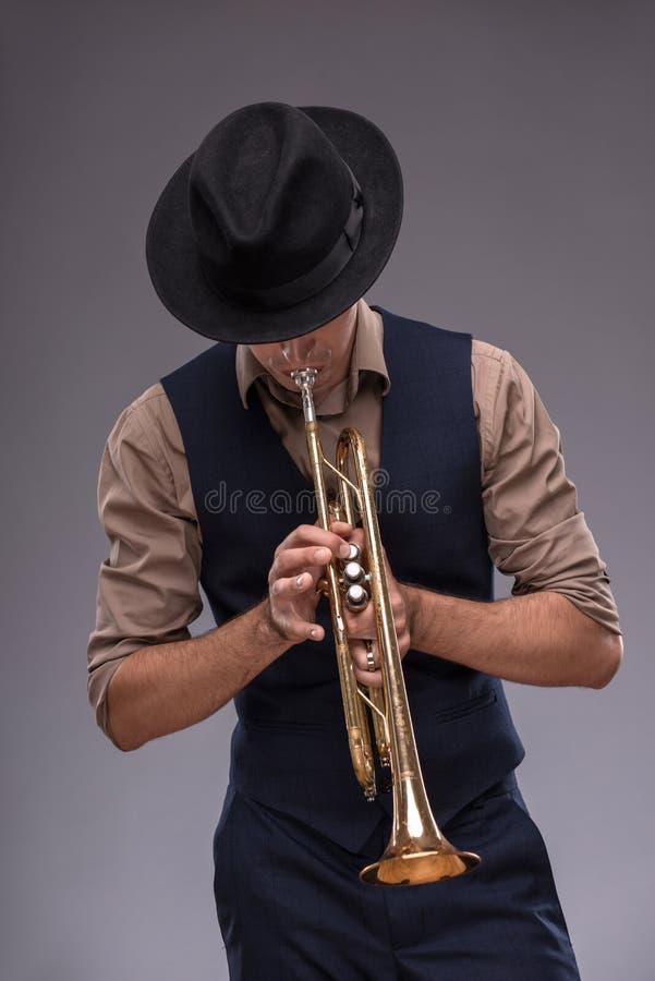 Stilig ung jazzman fotografering för bildbyråer