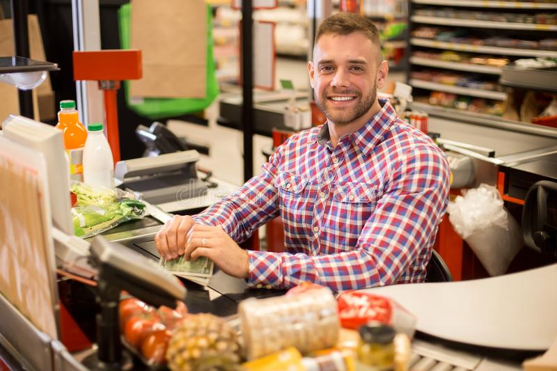 Stilig ung kassörska Working i supermarket royaltyfria bilder