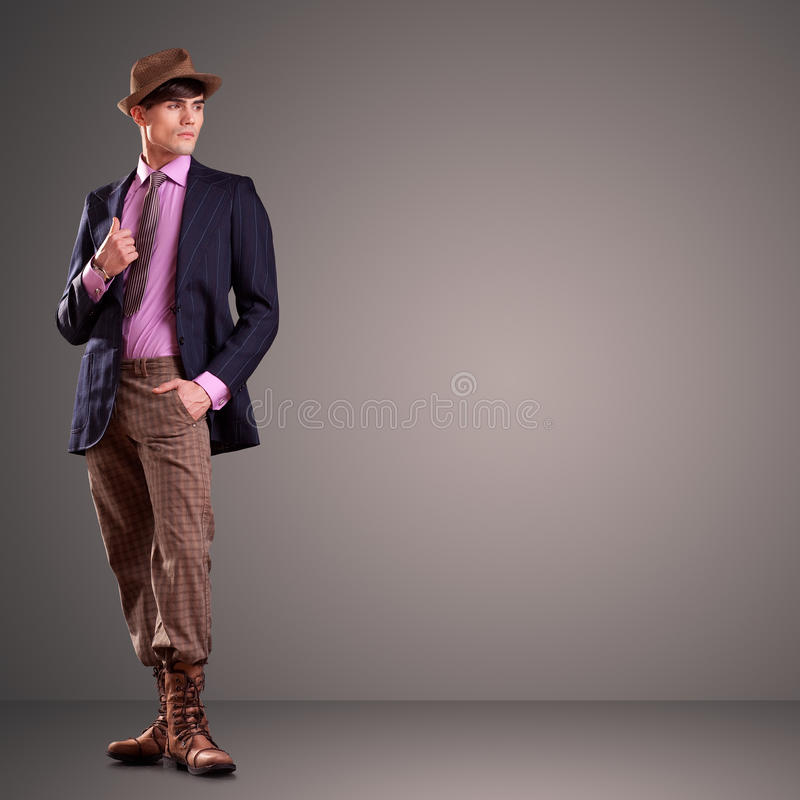 Stilig ung male modell som poserar i studion royaltyfria foton