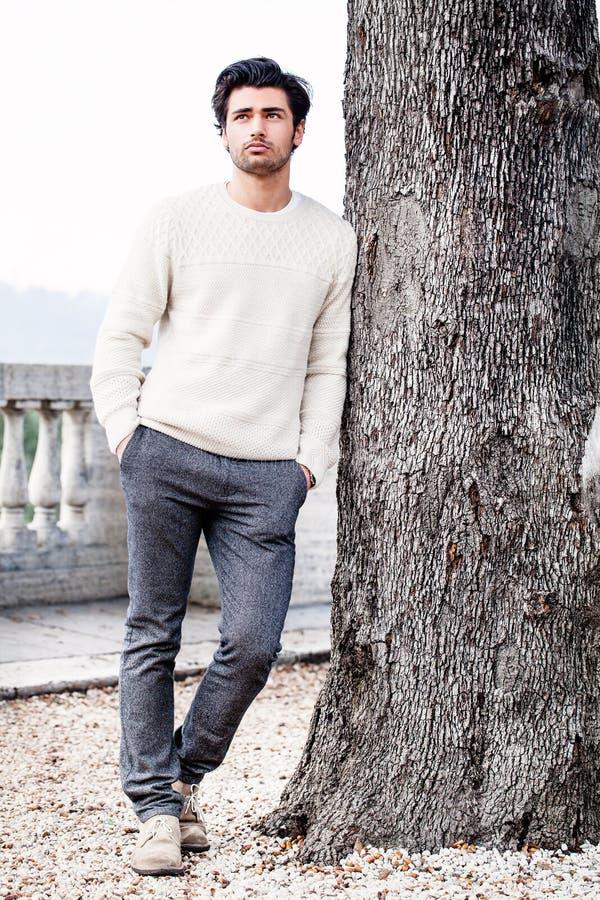 Stilig ung man bara i natur nära ett träd utomhus fotografering för bildbyråer