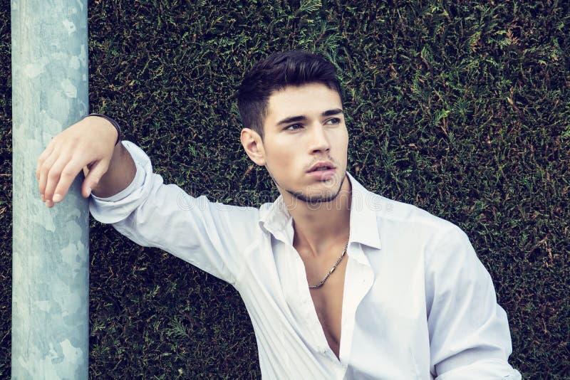 Stilig ung man i elegant affärsdräkt royaltyfria foton