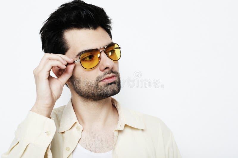 Stilig ung man i smarta tillfälliga kläder med solglasögon royaltyfria foton