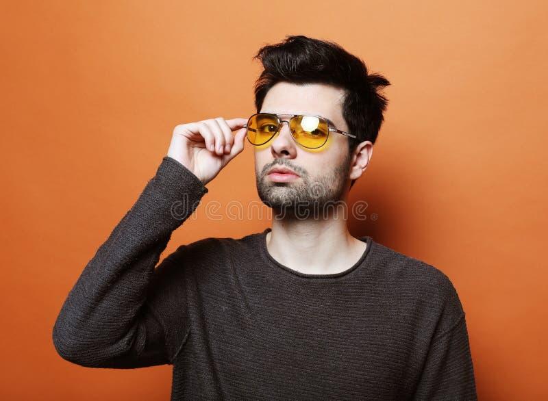 Stilig ung man i smarta tillfälliga kläder med solglasögon arkivbilder