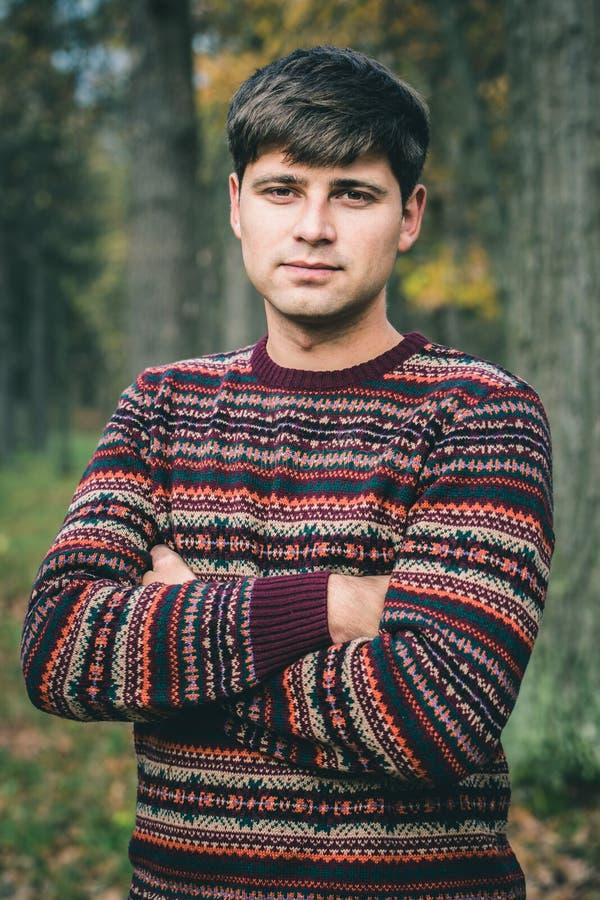 Stilig ung man i tröja royaltyfri foto