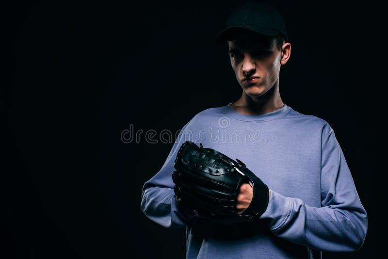 Stilig ung man med baseballhandsken arkivfoto