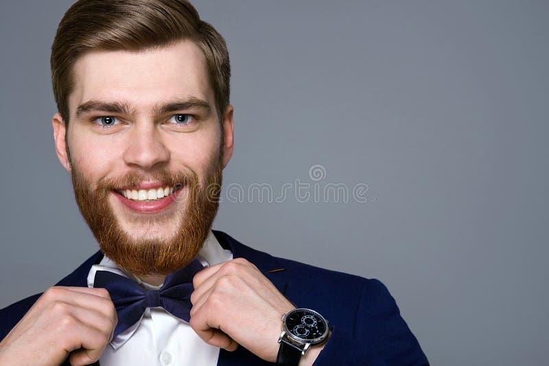 Stilig ung man med ett skägg arkivbild