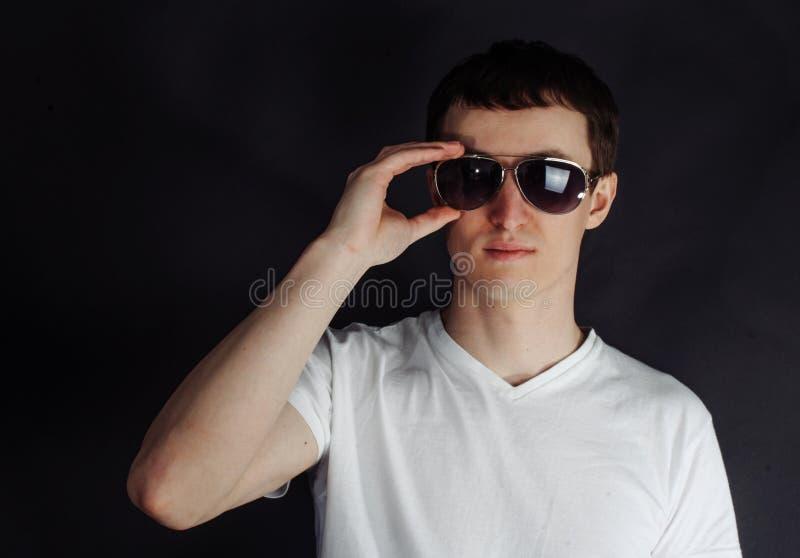 Stilig ung man med glasögon royaltyfria bilder