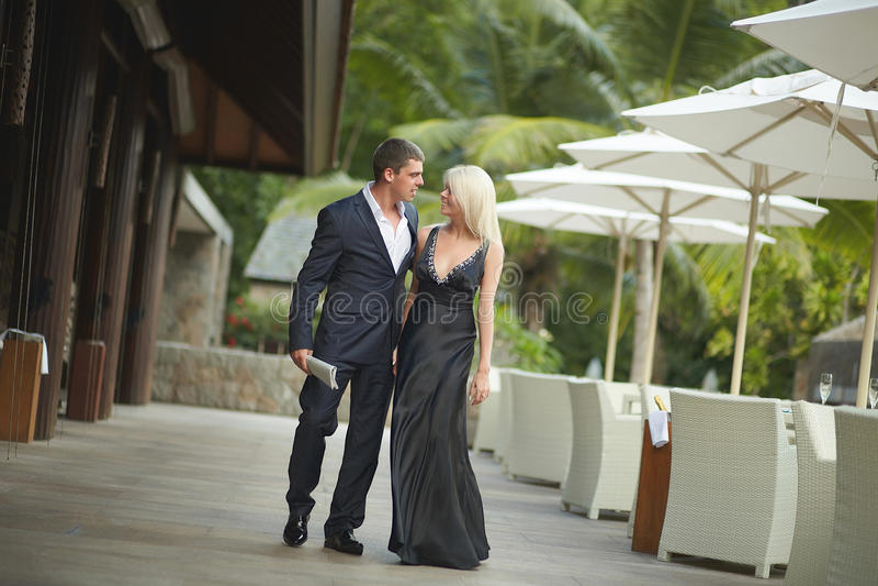 Stilig ung man och älskvärd kvinna som går utanför restaurangnolla royaltyfri fotografi