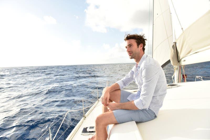 Stilig ung man på segelbåten royaltyfria foton