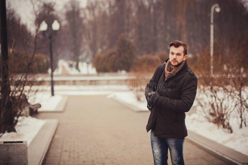Stilig ung man som är utomhus- i vinterlag royaltyfria foton