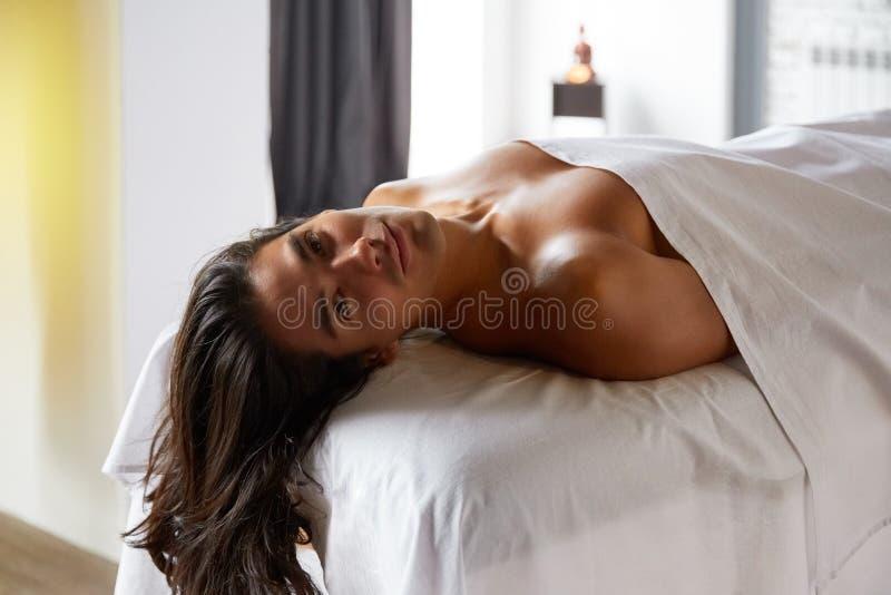 Stilig ung man som får massage arkivfoton
