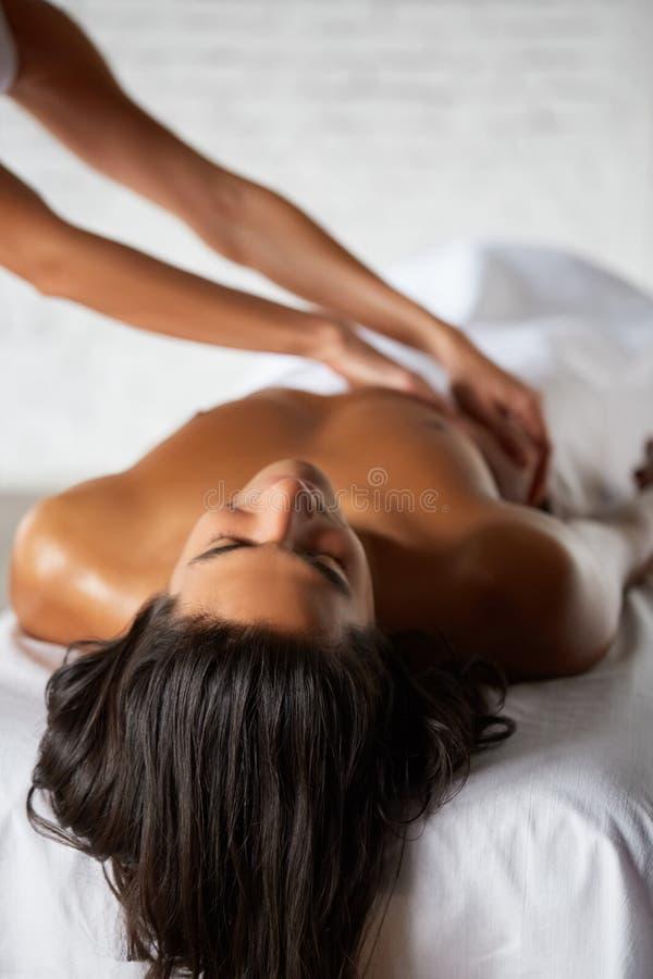 Stilig ung man som får massage royaltyfria bilder