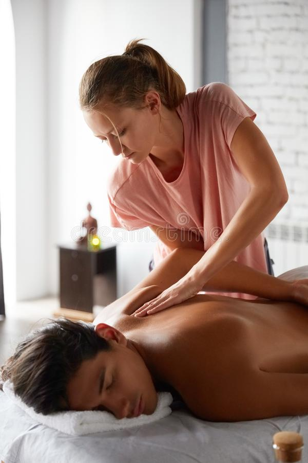 Stilig ung man som får massage royaltyfria foton