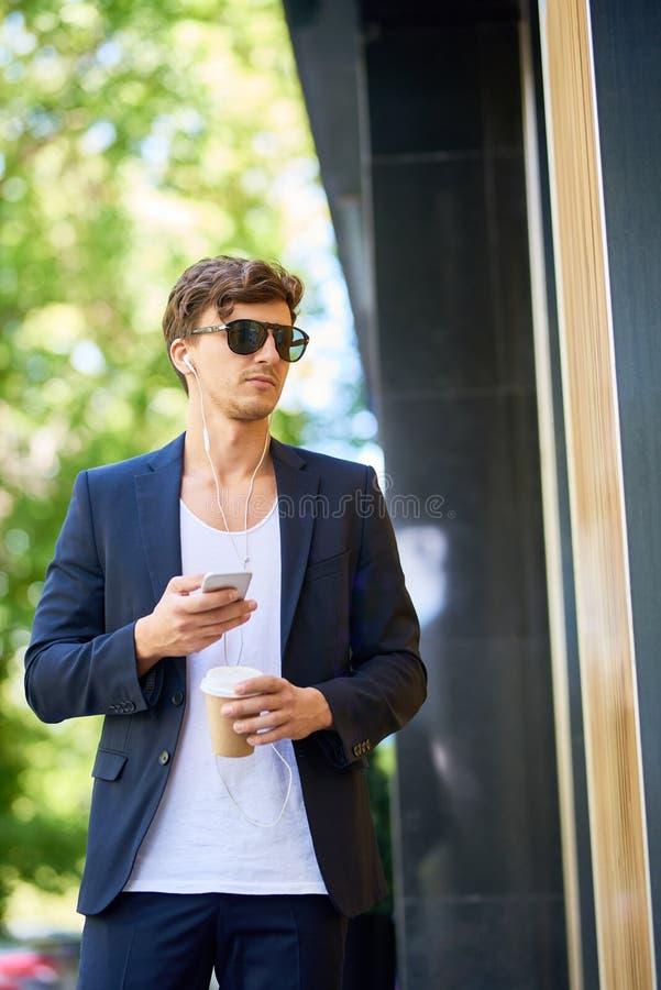 Stilig ung man som går i stad royaltyfri foto