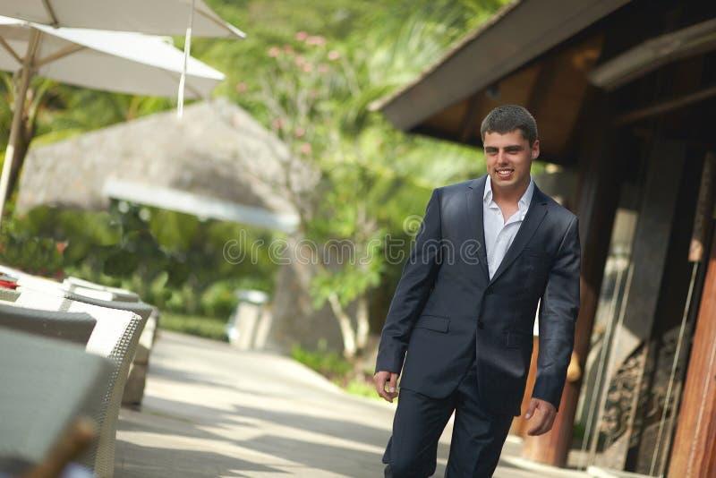 Stilig ung man som går utanför restaurang över terrass arkivfoton