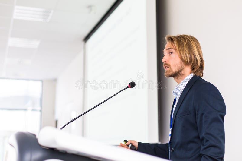 Stilig ung man som ger ett anförande fotografering för bildbyråer