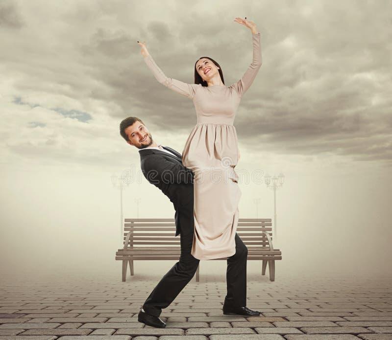 Stilig ung man som rymmer hans kvinna arkivbild