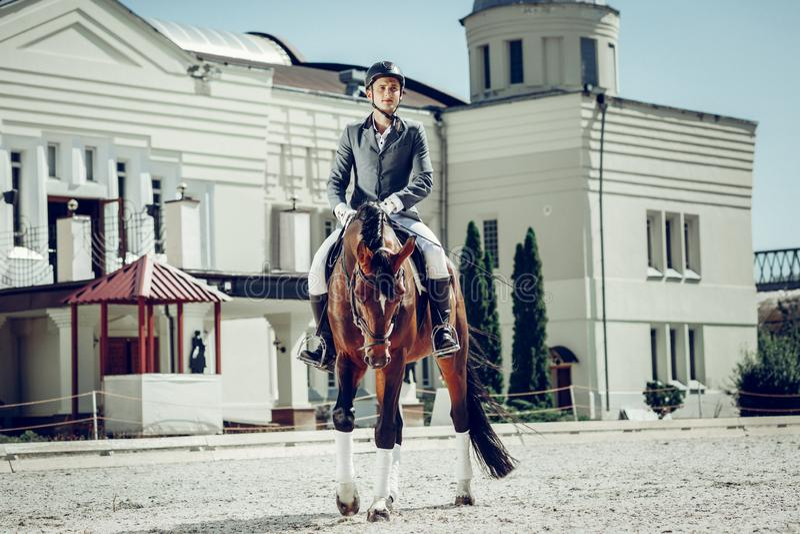 Stilig ung man som tycker om hans hästritt arkivfoton