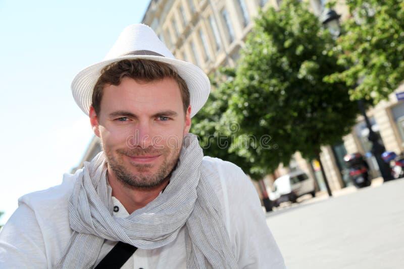 Stilig ung man som ut hänger i staden royaltyfri fotografi