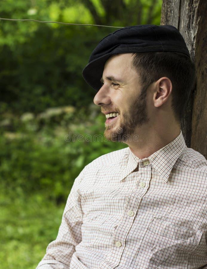 Stilig ung man som utomhus ler fotografering för bildbyråer