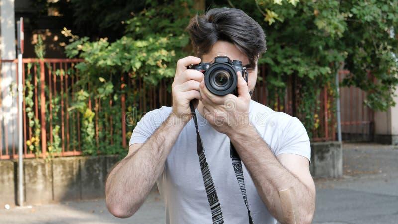 Stilig ung manlig fotograf som tar fotografiet royaltyfri foto