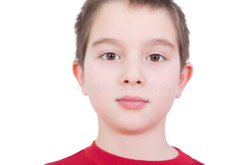 Stilig ung pojke med ett allvarligt uttryck arkivbild