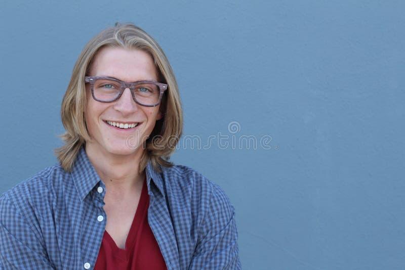 Stilig ung smileyman med exponeringsglas fotografering för bildbyråer