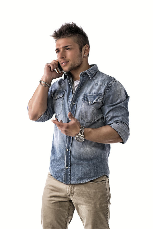 Stilig uppriven ung man som talar på mobiltelefonen (mobilen) fotografering för bildbyråer