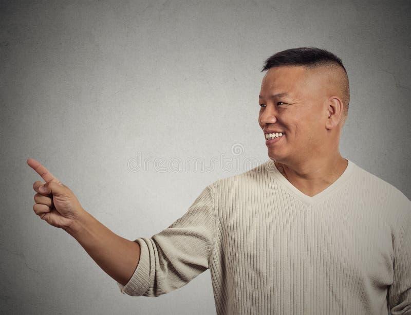 Stilig välkomnande man som pekar med fingret som framlägger kopieringsutrymme royaltyfria foton