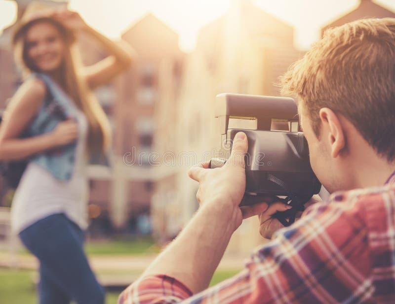 Stiliga Guy Takes Pictures av den attraktiva flickan fotografering för bildbyråer