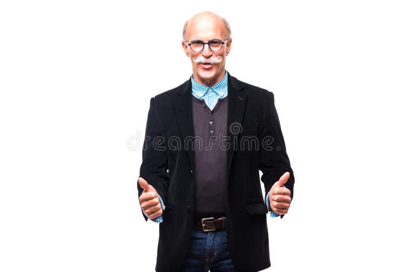Stiliga höga tummar för visning för affärsman gör en gest upp på vit royaltyfri fotografi