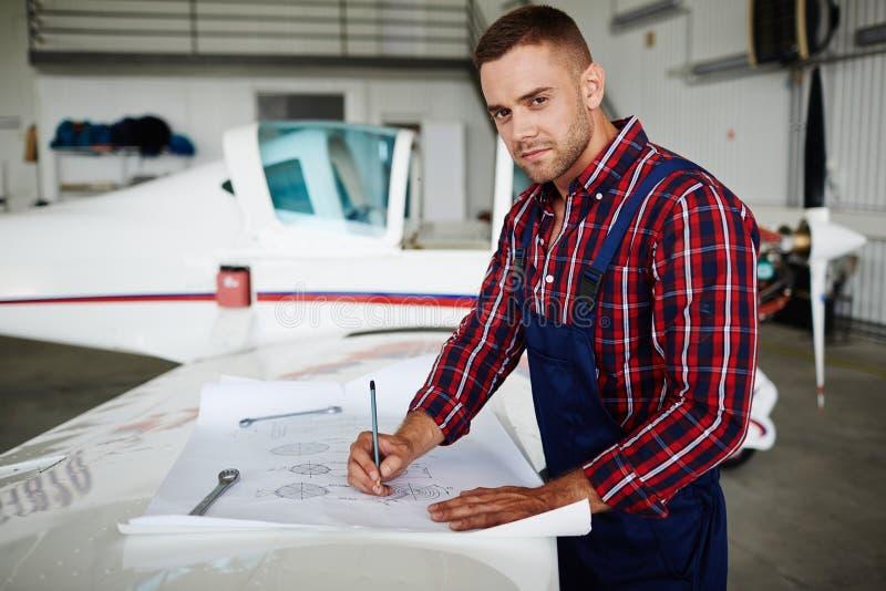 Stiliga Jet Mechanic royaltyfri foto