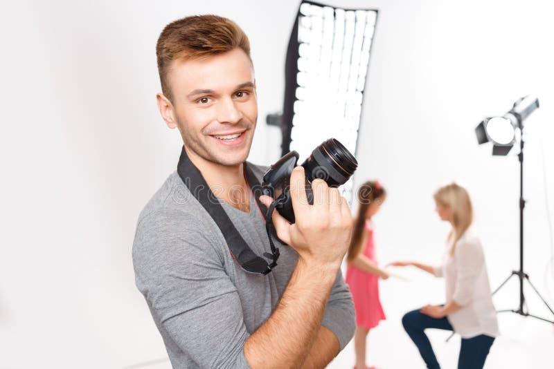 Stiliga manliga fotografleenden, medan försvara royaltyfria foton