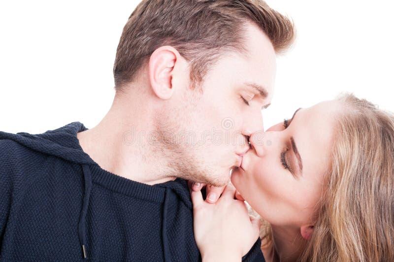 Stiliga par som kysser och är affective närbild arkivfoton