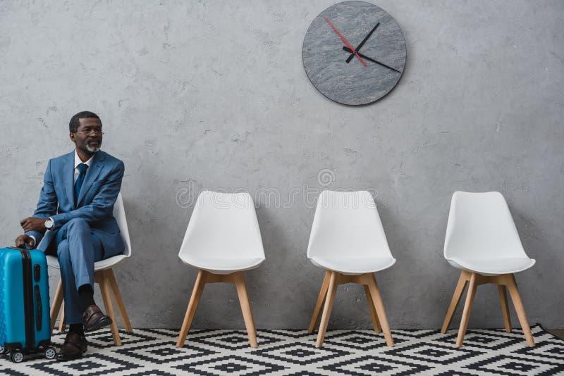 Stiligt affärsmansammanträde i ett väntande rum arkivfoton