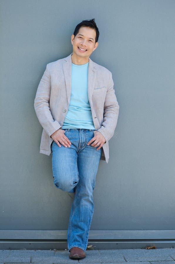Stiligt asiatiskt le för man royaltyfri fotografi