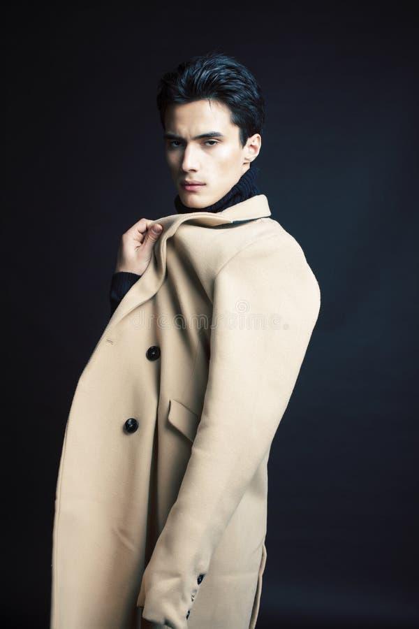 Stiligt asiatiskt mode som ser mannen som poserar i studio p? svart bakgrund, f?r folkbegrepp f?r livsstil modernt slut upp royaltyfria bilder
