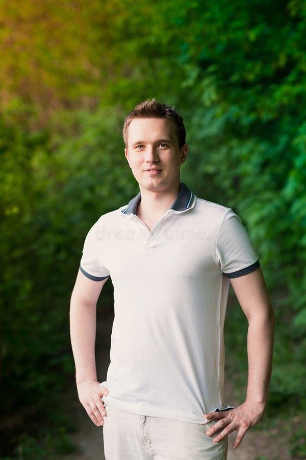 Stiligt attraktivt anseende för ung man i parkera royaltyfria bilder