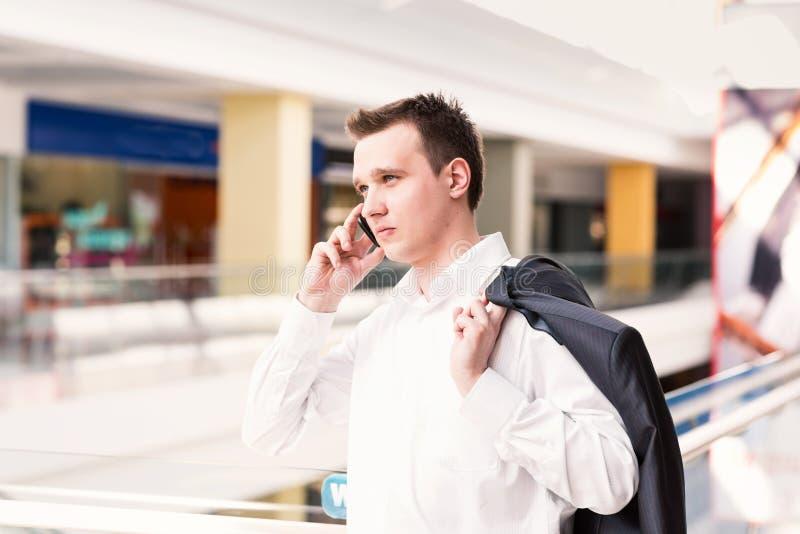 Stiligt barn och lyckad affärsman som talar på hans mobiltelefon royaltyfria foton