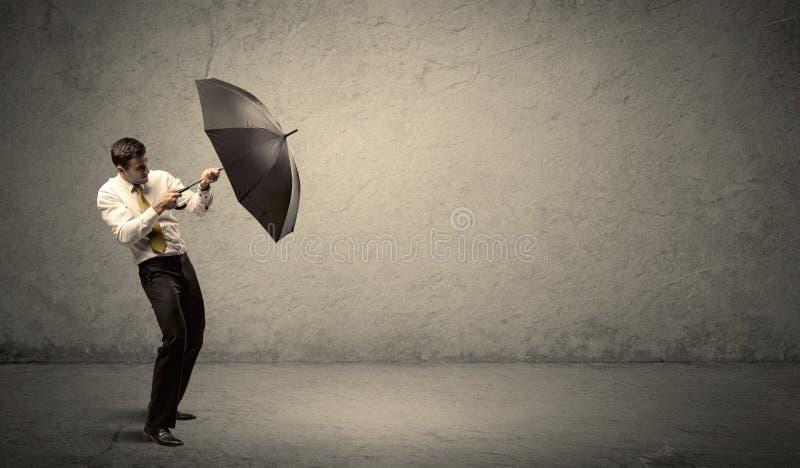Stiligt hållande paraply för affärsman med kopieringsutrymmebackgroun royaltyfri fotografi